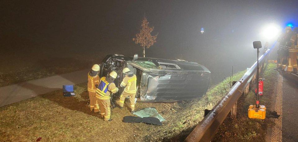 Bei einem schweren Unfall auf der B244 im Kreis Helmstedt ist ein Mann verletzt worden. Er landete mit seinem Bulli nach einem Überschlag neben der Fahrbahn.
