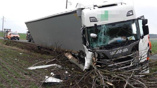 Im Landkreis Helmstedt ist ein Lkw verunglückt. Auf DIESER Straße geht aktuell nichts mehr.