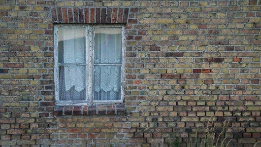 Ein Haus in Schöningen im Kreis Helmstedt steht leer. Doch im Inneren spielen sich kriminelle Szenen ab. (Symbolbild)