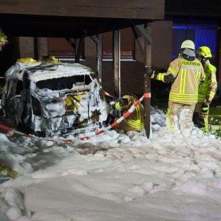 Die Feuerwehr konnte den VW e-up! aus Velpke nicht mehr retten. Aber immerhin griffen die Flammen nicht über...