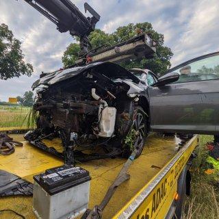 Im Kreis Helmstedt landete ein Autofahrer in einem Wassergraben.