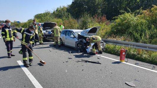 Am Freitagmittag sind auf der A2 bei Helmstedt gleich vier Fahrzeuge ineinander gekracht.