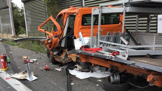 Ein Fahrzeug der Autobahnmeisterei ist auf der A2 bei Helmstedt von einem Lkw gecrasht worden.