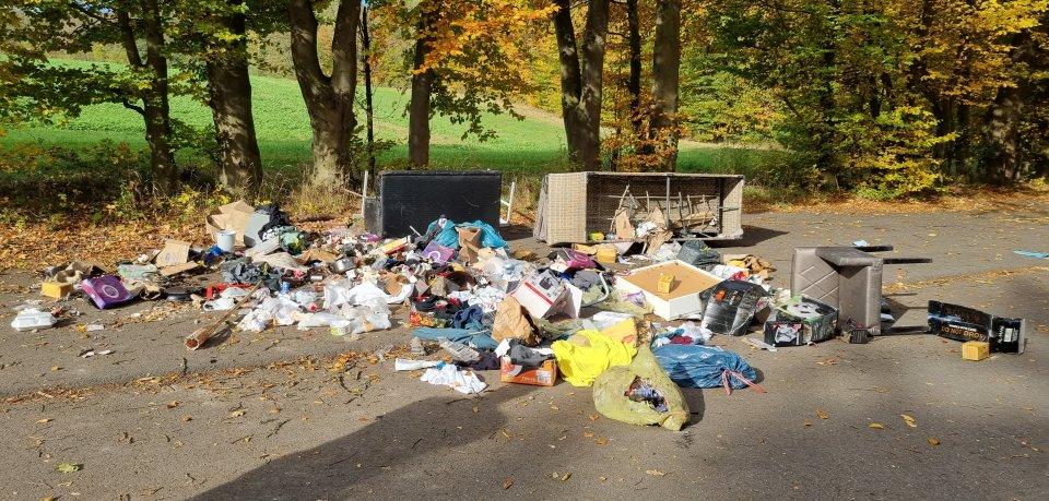Ein Mann hat seinen ganzen Müll auf dem Lutterspring-Parkplatz entsorgt. Doch das ist nicht sein einziger, dummer Fehler.
