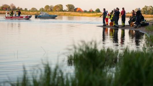 Mit Booten sind Rettungskräfte auf der Elbe unterwegs, um den vermissten Jugendlichen zu finden. Heute soll zudem das Ufer noch einmal abgesucht werden.
