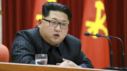 Der nordkoreanische Machthaber Kim Jong-un spricht zu den 3400 Delegierten während des ersten Parteikongresses seit 30 Jahre.