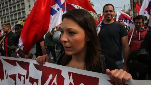 Tausende Griechen demonstrieren vor dem Athener Parlament, das am späten Sonntagabend über das nächste Sparpaket abstimmen soll.