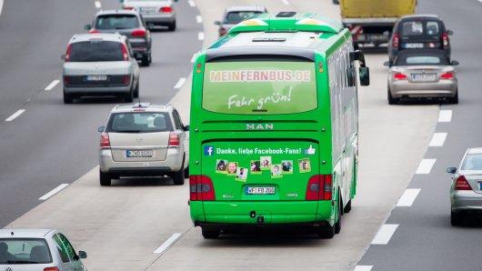 Gut zu erkennen, ein grüner Fernbus auf der Autobahn.