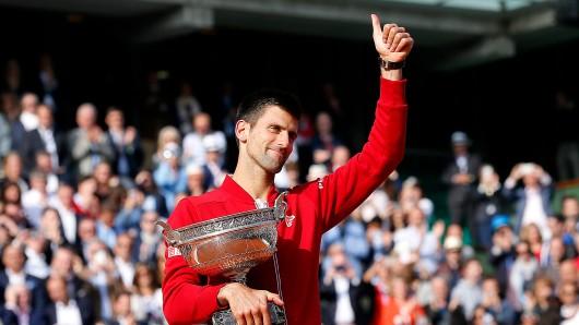 Novak Djokovic mit der Trophäe nach seinem Erfolg bei den French Open in Paris.