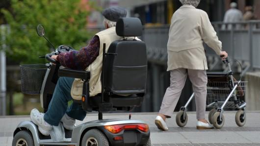 Der Mann war am Dienstagnachmittag aus seinem Rollstuhl gekippt. (Symbolbild)