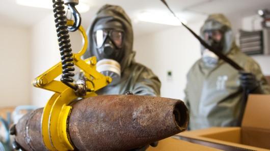 Kampfmittel-Beseitiger bei der Entsorgung einer Granate (Symbolbild).