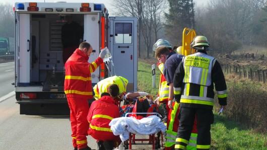 Rettungskräfte kümmern sich um ein Unfallopfer (Symbolbild)