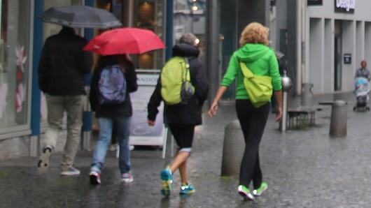 Nur wenige Passanten sind während des Regens in der Braunschweiger Innenstadt unterwegs.