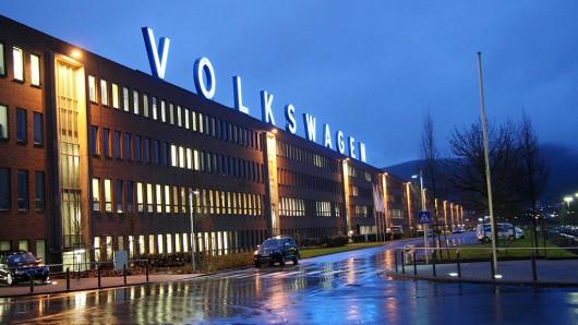 Blick auf den Nordrandbau am Standort Kassel mit dem großen Volkswagenschriftzug.