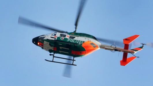 Die Beamten hatten mit einem Hubschrauber nach den Flüchtigen gesucht (Symbolbild).