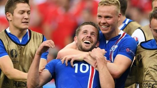 Premier-League-Profi Gylfi Sigurdsson (Mitte) freut sich auf die englische Herausforderung.
