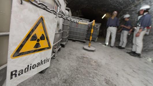 Vor Containern mit radioaktiver Lauge hängt in der Schachtanlage Asse bei Remlingen (Niedersachsen) ein Warnschild mit der Aufschrift Radioaktiv.