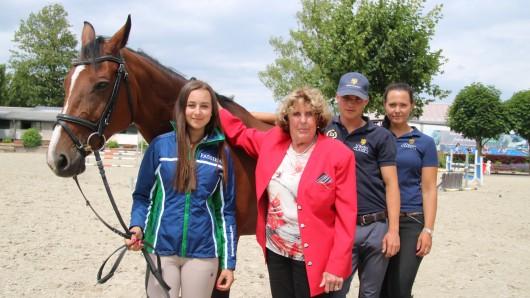 Jenna Balte (15, von links), Eva-Maria Adam, Christopher Sladowski und Janna Sunnanväder von der Sportförderung mit Jennas Stute Livi.