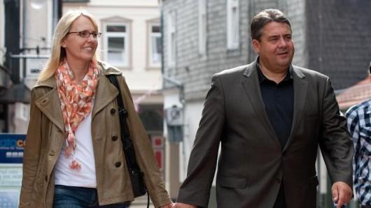 Der SPD-Vorsitzende Sigmar Gabriel und seine Frau Anke gehen durch die Innenstadt von Goslar (Niedersachsen).
