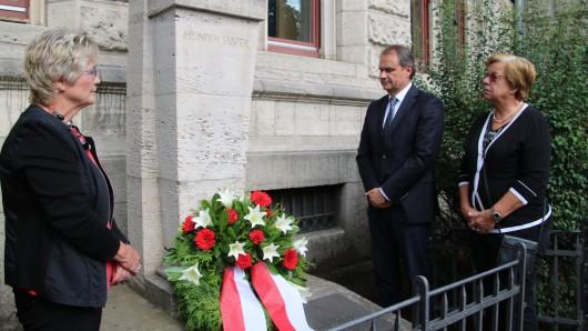 Oberbürgermeister Ulrich Markurth und die beiden Bürgermeisterinnen Annegret Ihbe (links) und Friederike Harlfinger gedenken der Opfer.
