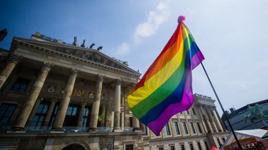 Die Regenbogenflagge vor dem Schloss-Arkaden Braunschweig.