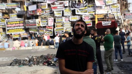 Ein irakischer Mann weint im Juli um die Opfer einer Autobombe, die im Juli hunderte Menschen getötet hat. Jetzt ist wieder eine Bombe explodiert. (Archivbild)