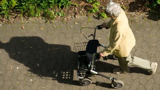 Die Frau war mit ihrem Rollator unterwegs (Symbolbild).