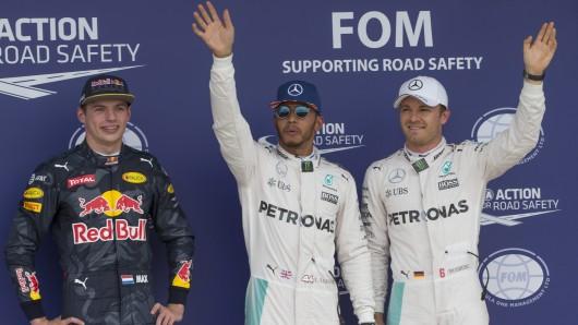 Er steht falsch: Noch fühlt sich Nico Rosberg (rechts) als Zweiter - doch wegen einer Zeitstrafe musste er seinen Platz an den eigentlich Drittplatzierten Max Verstappen (links) abgeben.