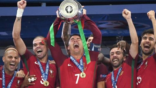 Sie haben den Pokal: die Portugiesen um ihren Kapitän Cristiano Ronaldo.