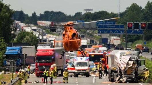 Ein Rettungshubschrauber hebt am 24. Juni 2016 nach einem Unfall zwischen einem PKW mit Wohnanhänger und einem LKW auf der A2 bei Hannover (Niedersachsen) in Richtung Berlin zwischen Langenhagen und Hannover-Bothfeld von der Unfallstelle ab.