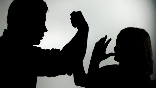 Nach dem Genuss von reichlich Alkohol prügelte der Mann auf seine Frau ein (Symbolbild).