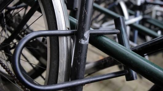 Eine Frau hat einer anderen mit einem Fahrradschloss ins Gesicht geschlagen (Symbolbild).