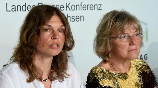 Die Rechtsanwältin Cornelia Ziehm spricht in Hannover vor Medienvertretern. Rechts im Foto die ehemalige Vorsitzende von Ärzte für die Verhütung des Atomkriegs (IPPNW), Angelika Claußen.
