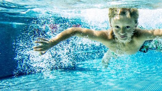 Ein Kind im Schwimmbad.
