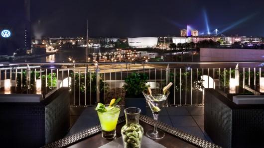 Mit einem Cocktail im Lichtermeer hoch oben über Wolfsburg wirkt die kleine niedersächsische Großstadt irgendwie mondän.