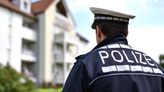 Falsche Polizisten sind in Salzgitter Bad von Haus zu Haus gezogen und haben Anwohner nach älteren Nachbarn ausgefragt (Symbolbild).