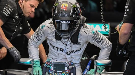 Feierabend nach dem letzten Freien Training: Nico Rosberg steigt aus dem Cockpit seines Mercedes aus - nachdem er Teamkollege Lewis Hamilton erneut auf Platz zwei verwiesen hatte.