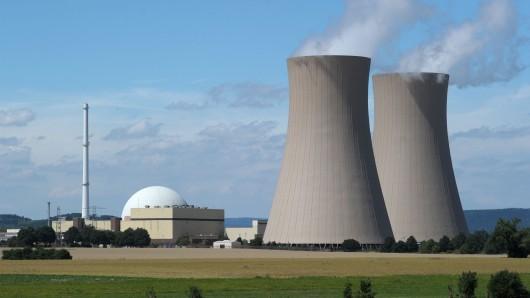 Das Atomkraftwerk Grohnde an der Weser - auch hier läuft zur Zeit alles auf Sparflamme. (Archivbild)