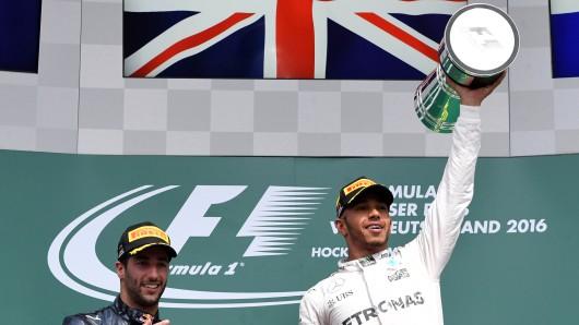 Lewis Hamilton (r.) von Mercedes AMG Petronas jubelt neben dem Daniel Ricciardo über seinen Sieg auf dem Hockenheimring.