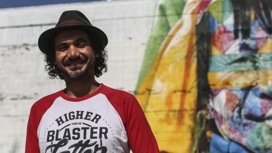 Der brasilianische Künstler Eduardo Kobra (40) vor seinem Wand-Graffiti in Rio de Janeiro.