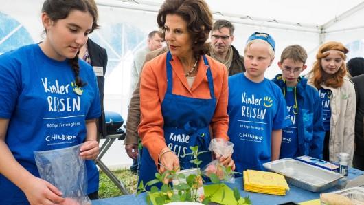 Keine Berührungsängste: Die schwedische Königin Silvia kocht mit Kindern in einem fränkischen Zeltlager.