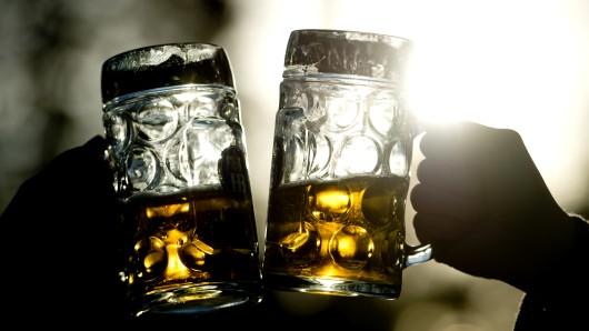 Der Frühlingsbeginn bedeutet auch, dass die Biergarten Saison wieder losgeht. Allzu oft landen auch Käfer im Bierglas, eine Studie erklärt nun, warum das so ist (Symbolbild).