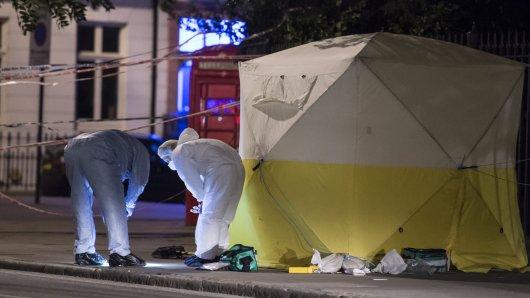 Polizeibeamte untersuchen den Tatort der tödlichen Messerattacke in London.