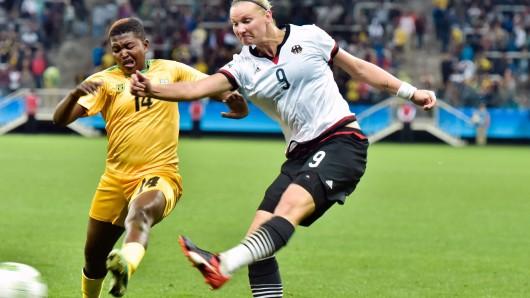 Maß genommen: Alexandra Popp vom VfL Wolfsburg zieht ab - und traf zudem per Kopf zum zwischenzeitlichen 2:0.
