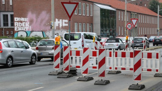 Der Verkehr staut sich zur Feierabendzeit auf dem Rebenring.