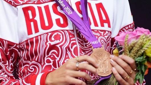 Eine russische Sportlerin mit der Bronzemedaille bei den Leichtathletikmeisterschaften 2012 in London.
