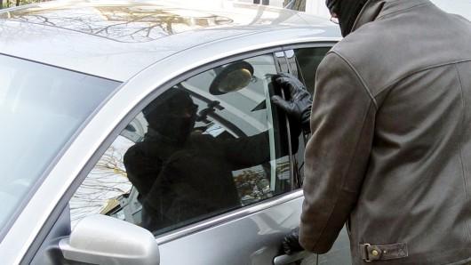 In Lichtenberg haben Einbrecher vier Autos aufgebrochen (Symbolbild).