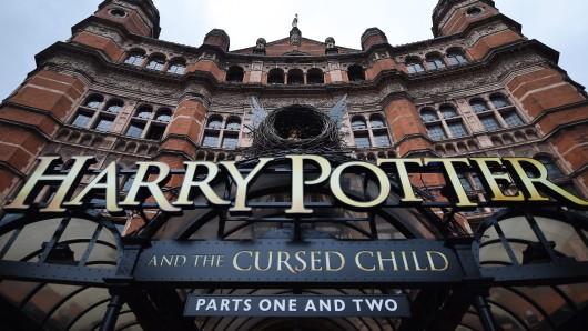 Ein Schild vor dem Palace Theatre in London. Hier wird Harry Potter and the cursed child aufgeführt.