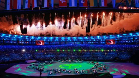 Mit einem Feuerwerk haben die Olympischen Spiele von Rio in der Nacht zum Samstag begonnen.