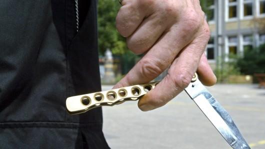 Plötzlich habe der Mann ein Messer gezogen. (Symbolbild)